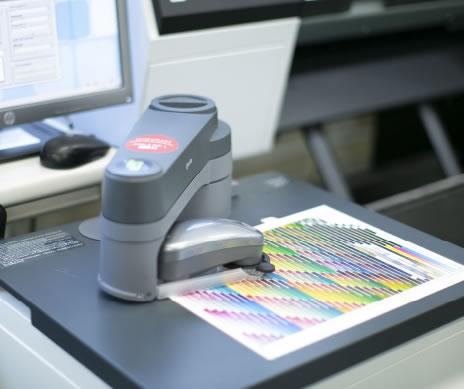 ロボットアームを使用した色調整イメージ